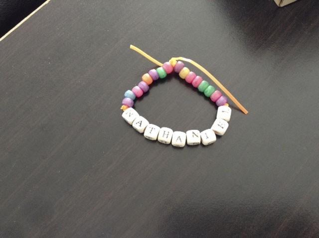 Pour la fête des Mères 2014, mon fils Nathaniel, quatre ans à l'époque, a bricolé ce joli bracelet avec l'aide de son éducatrice à la garderie. Nathaniel a précisé que, grâce au bracelet, je m'ennuierais moins lorsqu'il est absent. Trop mignon! -<strong><i>Amélie Pelletier Desrosiers</i></strong> ()