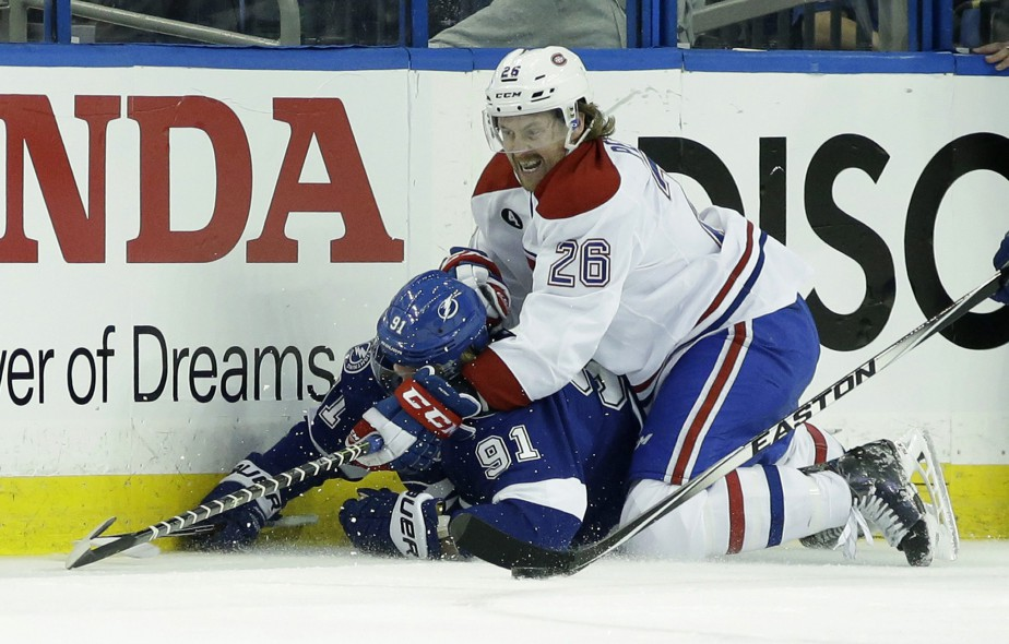 Jeff Petry se laisse tomber sur l'attaquant-vedette du Lightning Steven Stamkos. (Photo Wilfredo Lee, AP)