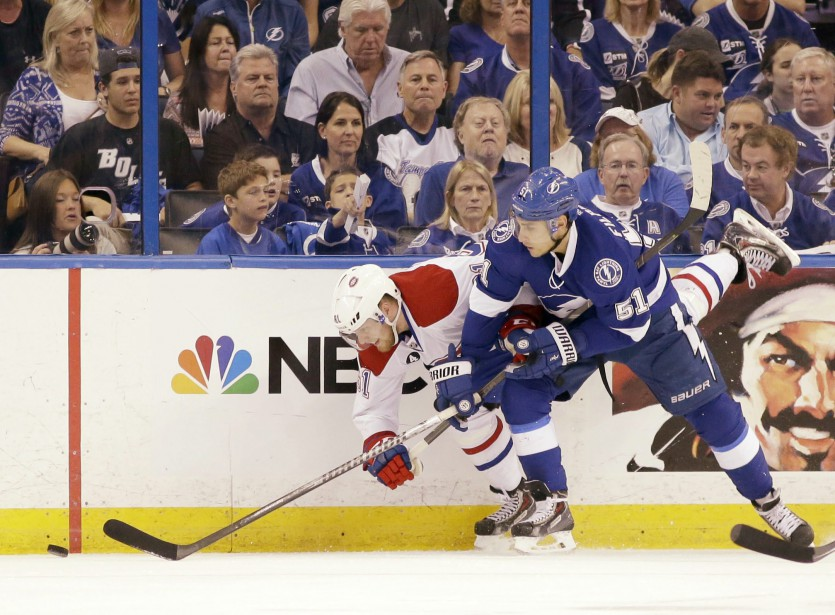 Valtteri Filppula met en échec l'attaquant du canadien Lars Eller. (Photo Wilfredo Lee, AP)