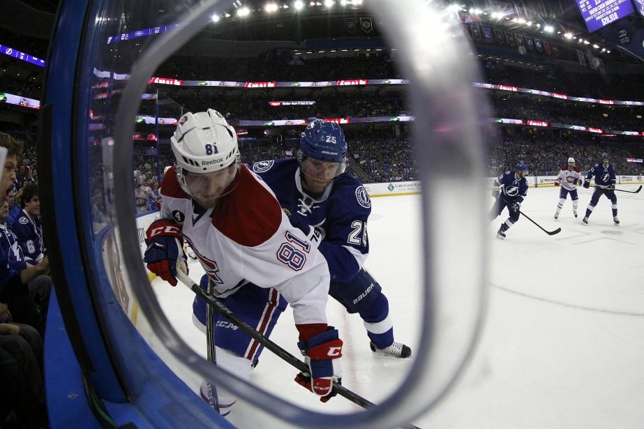 Lars Eller et Matt Carle se battent près de la bande pour le contrôle de la rondelle. (Photo Kim Klement, USA Today)