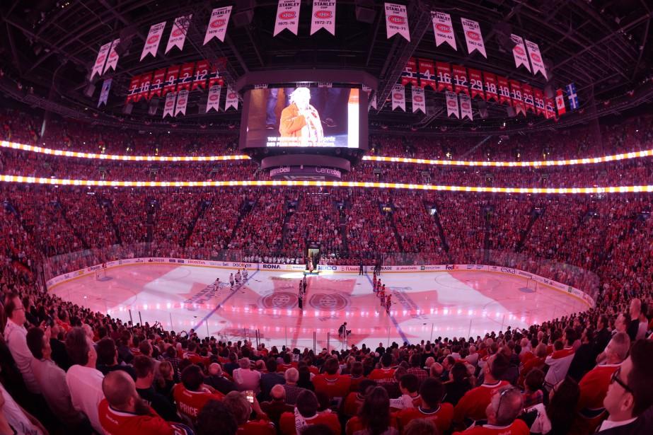 La chanteuse Ginette Reno interprète l'hymne national canadien avant la rencontre. ()