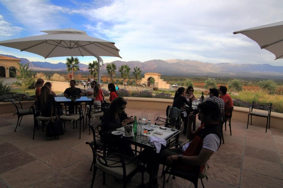 La terrasse de Piattelli Vineyards, pour déguster un verre de blanc de cépage torrontés avec vue sur la Vallée de Cafayate. (PHOTO MARC TREMBLAY)