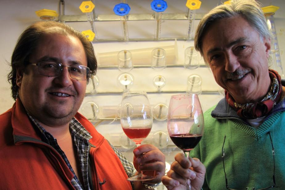 L'oenologue Marcos Etchart aide le vigneron Fernando Dupont à évaluer la cuvée 2014 de son vin produit à 2400 mètres d'altitude. (Photo Marc Tremblay)