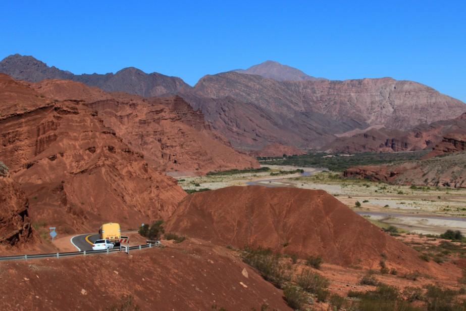 La route 68 suit la Quebrada de las Conchas, nommée ainsi pour l'abondance de fossiles de coquillages et flamboyante de couleurs. (Photo Marc Tremblay)