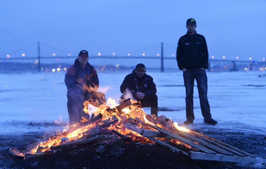 Trois pêcheurs sur glace brûlent ce qu'il reste de leur cabane, dans le chenal nord de l'île d'Orléans, au début du printemps. «Je passais par là en auto, j'ai vu des flammes sur le fleuve et j'ai voulu aller voir ce que c'était, raconte Jean-Marie Villeneuve. C'était entre chien et loup; une heure plus tard, je n'aurais pas pu prendre cette photo, on n'aurait pas vu le pont derrière!» Données techniques : Nikon D4, focale 100 mm, ISO 4000, ouverture f4, vitesse 1/100 | 11 mai 2015