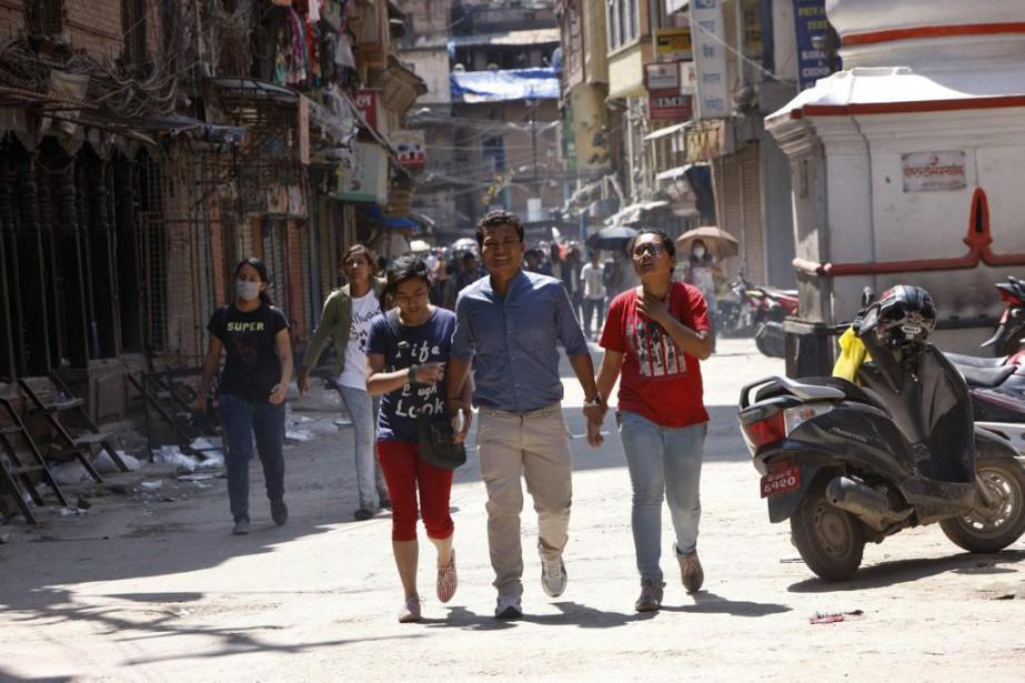La police népalaise a exhorté la population à rester à l'extérieur et à éviter d'encombrer le réseau mobile. (PHOTO BIKRAM RAI, AP)