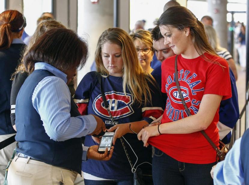 Des fans du Canadien affichaient leurs couleurs à l'entrée du Amalie Arena. (Reuters)