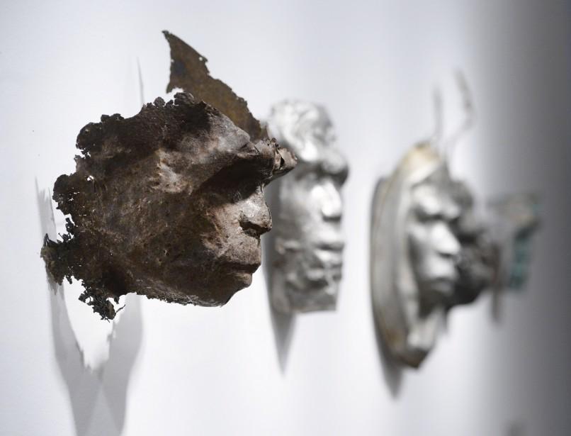 Les masques moulés sur les sculptures <em>Homme de Pékin</em> et <em>Femme de Pékin</em> semblent sortir de la matière. (Le Soleil, Jean-Marie Villeneuve)