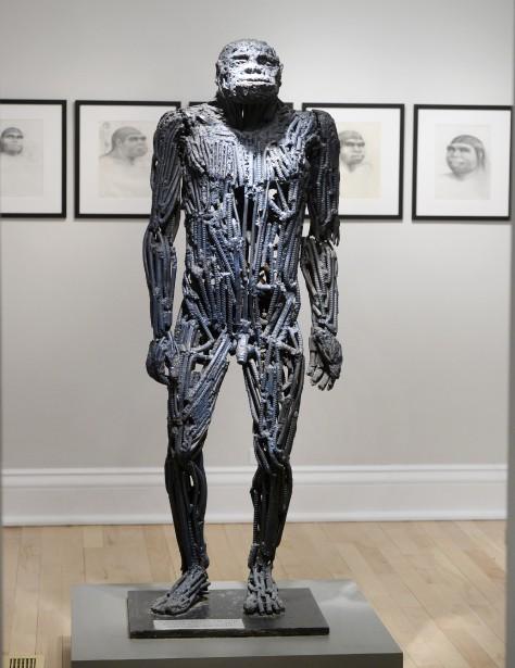 <em>Homme de Java</em>, que l'artiste a fait plus grand que nature, à son image. La sculpture et Darby sont exactement de la même grandeur. Collection Cégep de Baie-Comeau (Le Soleil, Jean-Marie Villeneuve)