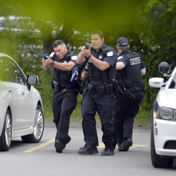 Les policiers du SPVG, équipés de fausses armes à feu, se dirigent vers le Campus Louis-Reboul pour maîtriser la menace: un tireur actif. (Martin Roy, LeDroit)