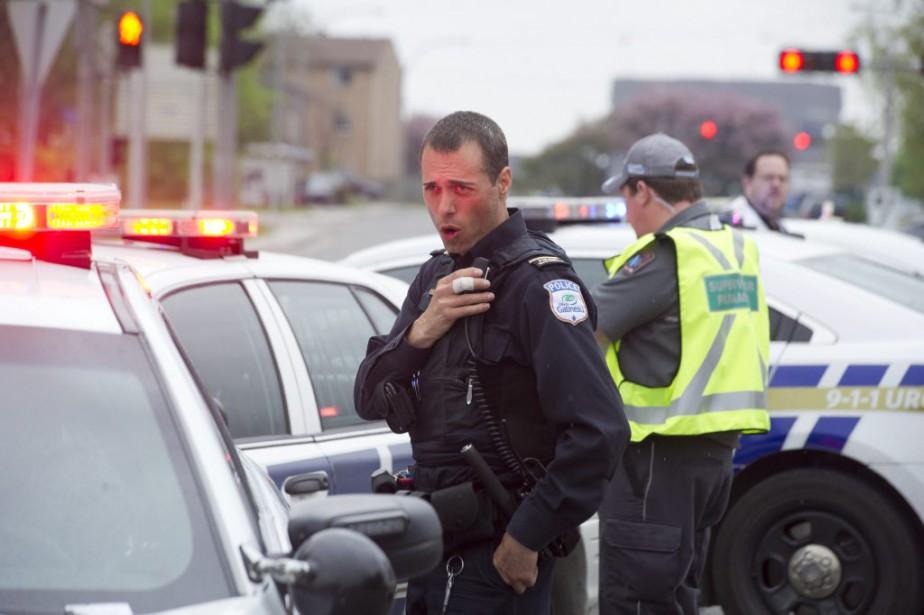 Un policier du SPVG reste en retrait et dirige ses troupes. (Martin Roy, LeDroit)
