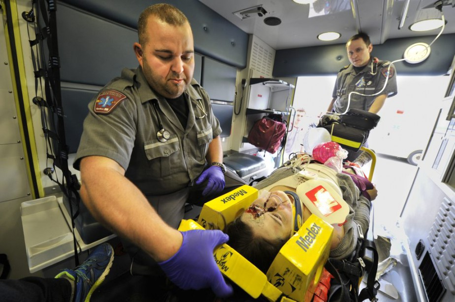 Les «blessés» ont été transportés à l'Hôpital de Hull en ambulance. (Martin Roy, LeDroit)