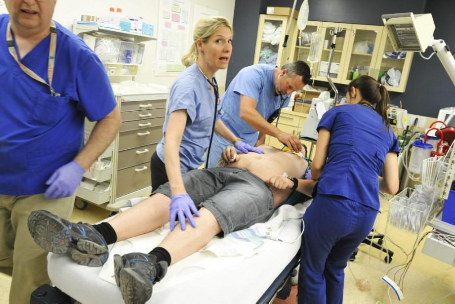Dans la salle de choc, les «blessés» graves sont imméditament examinés par le personnel médical. (Martin Roy, LeDroit)