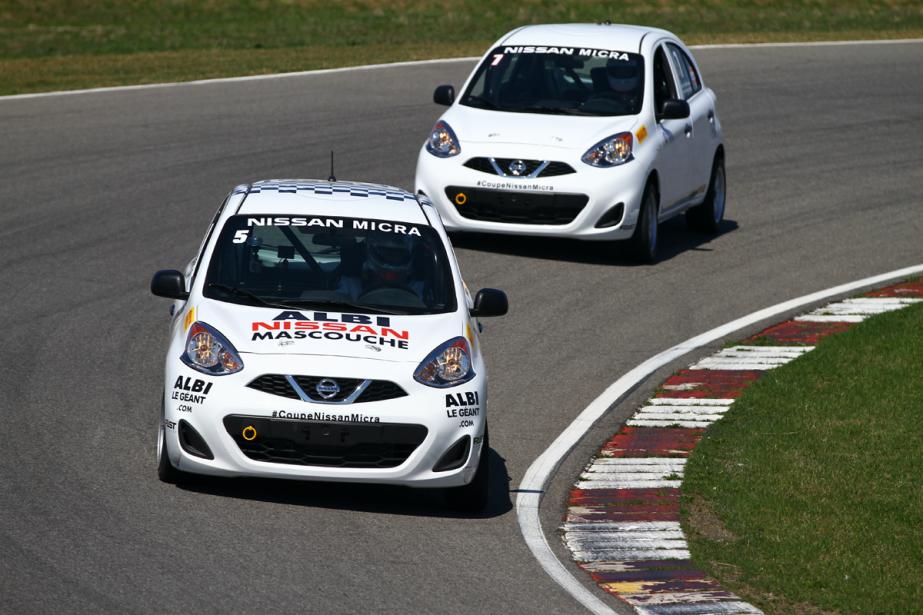 Pas moins de neuf pilotes recrues, dont Olivier Pelletier (5) et Mario Berthiaume (7), profitent de la Coupe Micra pour réaliser leur rêve de faire du sport automobile. (Photo Bruno Dorais, fournie par Nissan Canada)