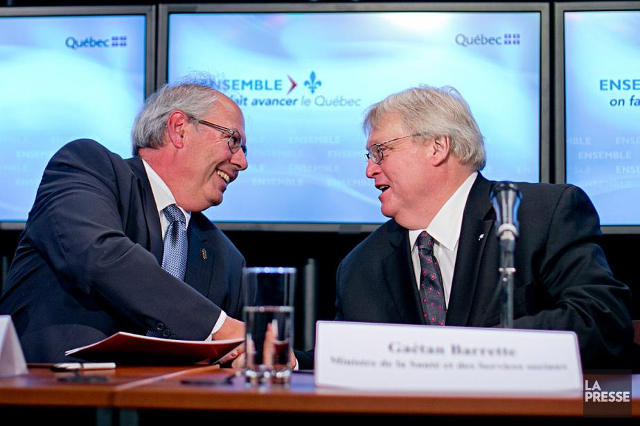 Le ministre de la Santé, Gaétan Barrette, sert... (La Presse, David Boily)