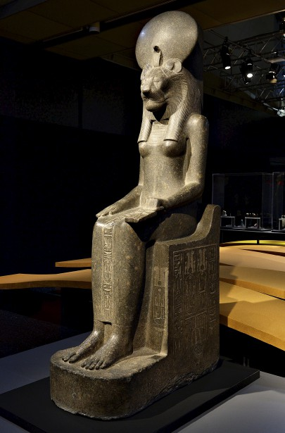 La statue de la déesse Sekhmet prêtée par le Musée égyptologique de Turin pèse près de 2700 kilos. (Le Soleil, Patrice Laroche)