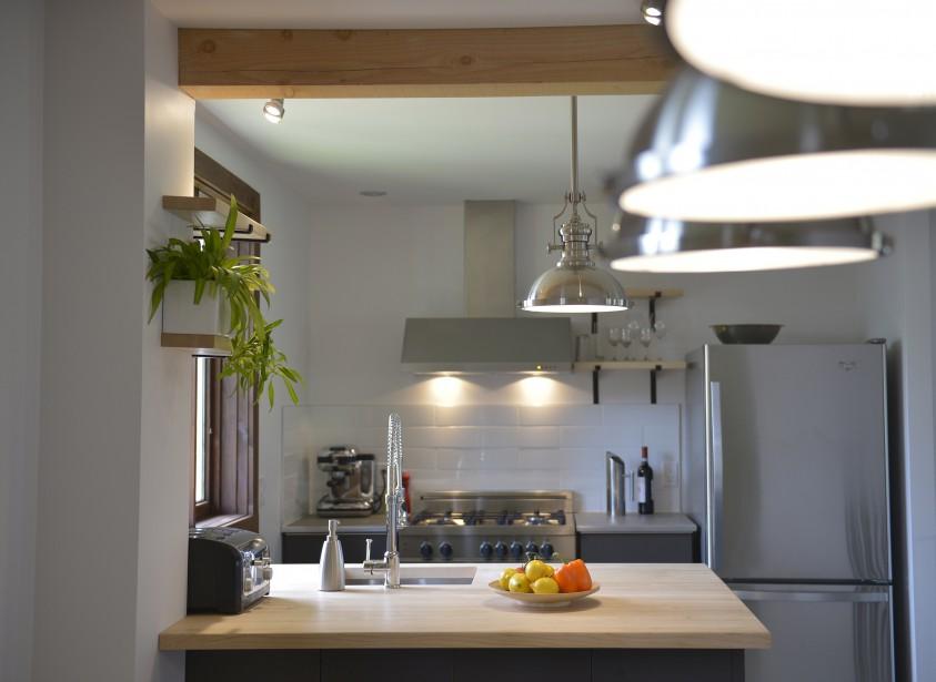 Ce grand comptoir carré satisfait les besoins d'Alexandre, cuisinier de son métier. (Le Soleil, Yan Doublet)
