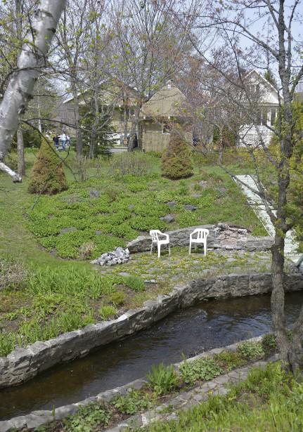Le terrain du couple est traversé par la rivière des Commissaires et parsemé de 29 plates-bandes. (Le Soleil, Yan Doublet)