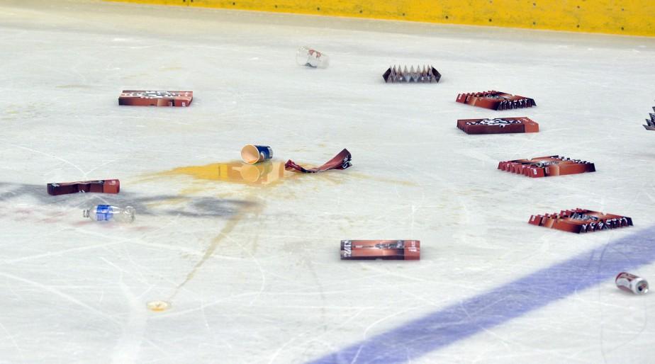 Manifestant leur mécontentement face au travail des arbitres québécois Jonathan Alarie et Olivier Gouin, critiqué plus tôt cette semaine par Philippe Boucher, les 9870 amateurs présents au Colisée Pepsi ont inondé la glace de débris. (Le Soleil, Pascal Ratthé)