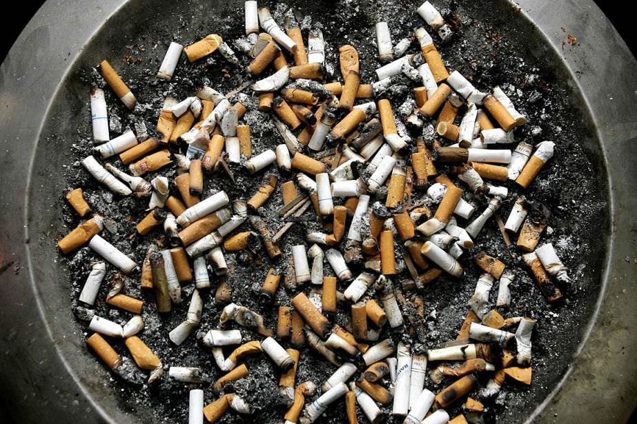 Sortir pour fumer une cigarette pourrait... (Photo Shaun Best, archives Reuters)