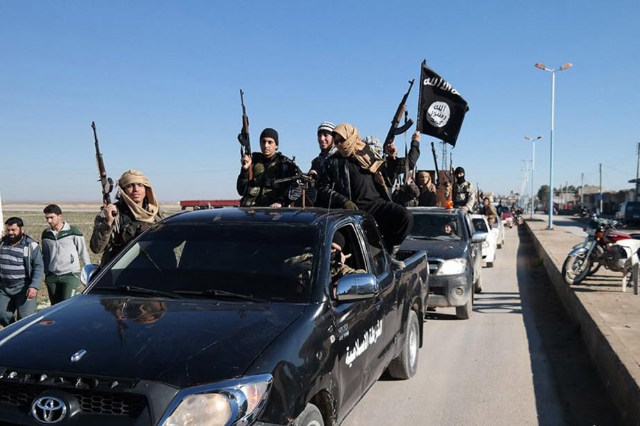 Un convoi de véhicules du groupe armé État... (PHOTO ARCHIVES AP)