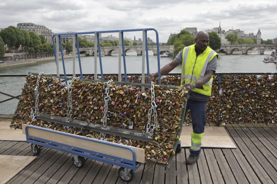 Paris le pont des arts lib r de ses cadenas d 39 amour kevin te et marie - Cadenas amoureux pont paris ...