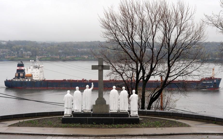 En empruntant la côte de Sillery, par une journée pluvieuse, Erick Labbé a décidé qu'il y avait un cliché à faire avec les statues de l'église et un éventuel navire passant sur le fleuve. Et le navire, imposant, de se pointer le bout de la coque... «Un clin d'oeil à l'époque où les prêtres bénissaient les bateaux sur les chantiers.» Données techniques : Nikon D4, focale 80mm, ISO 800, ouverture f22, vitesse 1/60e | 1 juin 2015