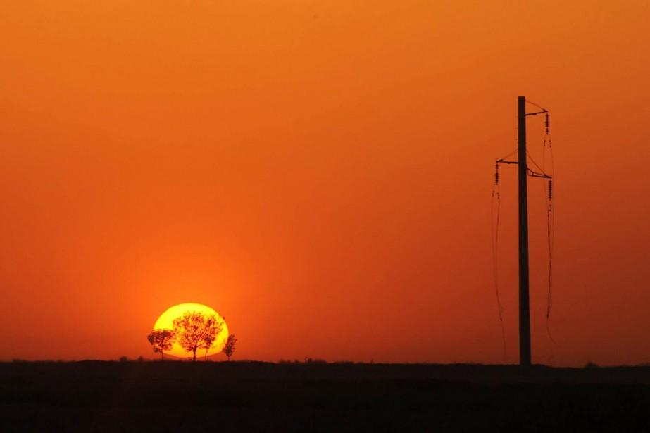 Le soleil se lève en périphérie de Mazâr-e... (PHOTO QAIS USYAN, ARCHIVES AFP)
