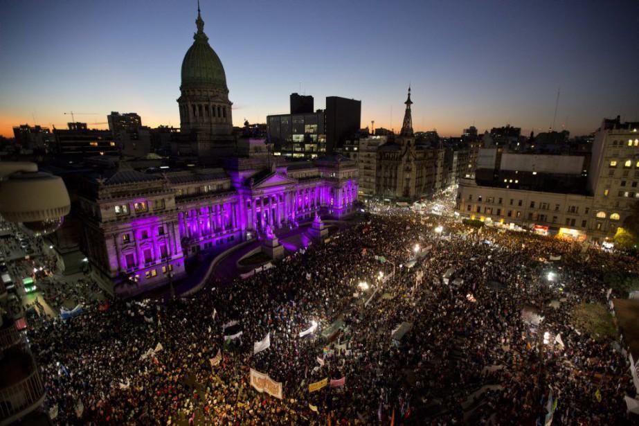 Devant le Congrès national, à Buenos Aires, la... (Photo Natacha Pisarenko, AP)