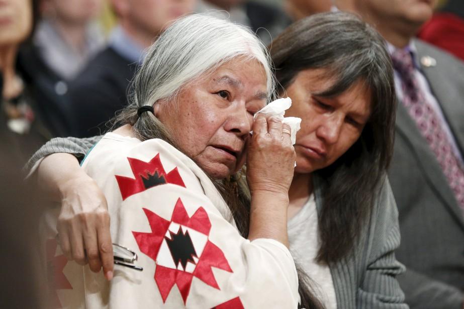 Lorna Standingread (à gauche), survivante des pensionnats autochtones,... (PHOTO BLAIR GABLE, ARCHIVES REUTERS)