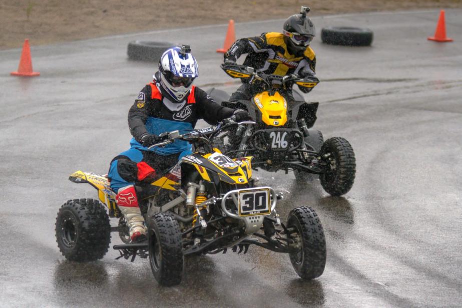 Un débutant peut se lancer en piste avec un quad de série s'il est équipé d'un dispositif d'arrêt d'urgence et de protecteurs de pieds. Le pilote doit être vêtu d'un équipement de protection de motocross. (Photo fournie par Supermoto Québec)