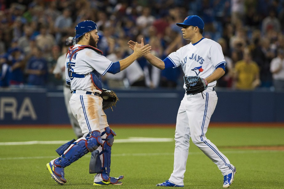Le receveur Russell Martin festoie avec le lanceur... (Photo Aaron Vincent Elkaim, La Presse Canadienne)