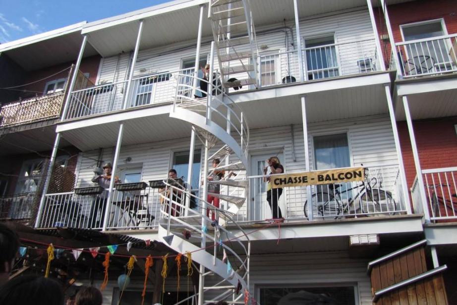 Un concert sur un balcon de la ruelle... (PHOTO ANNIE TÉTREAULT, TIRÉE DE LA PAGE FACEBOOK DE LA CHASSE-BALCON)