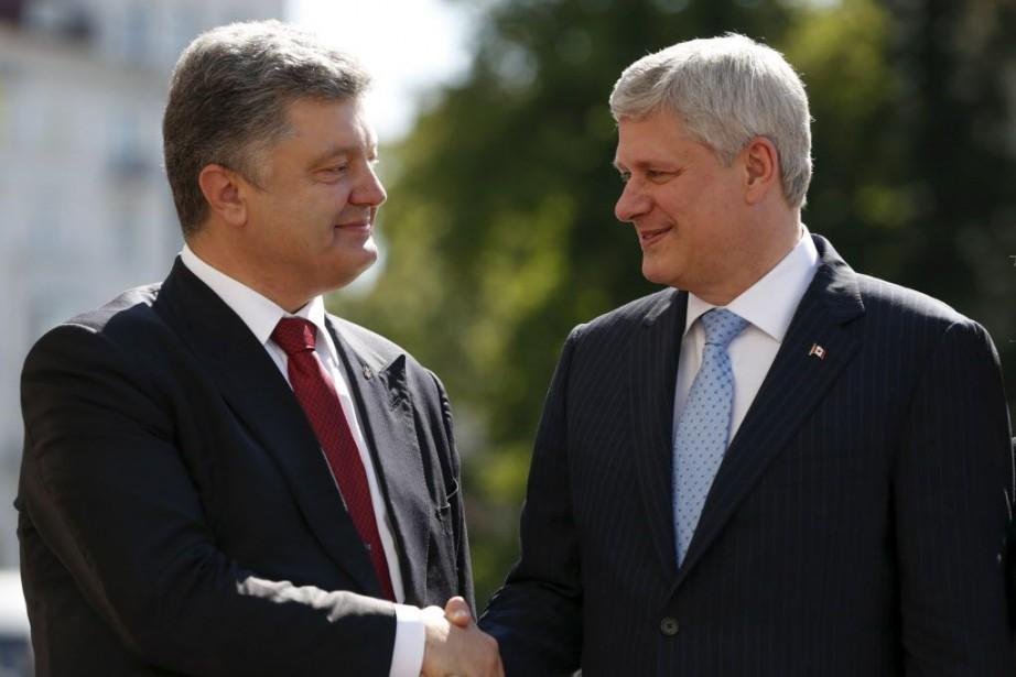 Stephen Harper et le président ukrainien, Petro Porochenko.... (Photo Valentyn Ogirenko, Reuters)