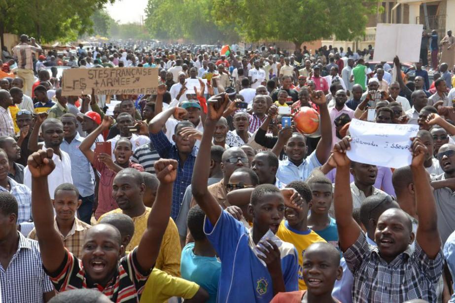 Les protestataires ont décrié une décision du gouvernement... (PHOTO BOUREIMA HAMA, AFP)