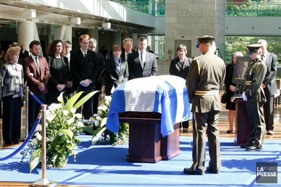 À l'extrême gauche sur la photo, la veuve... (Photo Jacques Boissinot, La Presse Canadienne)