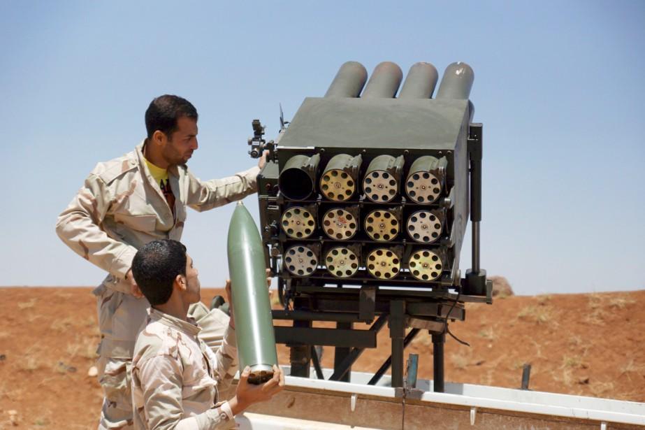 Des combattants de l'Armée syrienne libre chargent un... (PHOTO ALAA AL-FAQIR, ARCHIVES REUTERS)