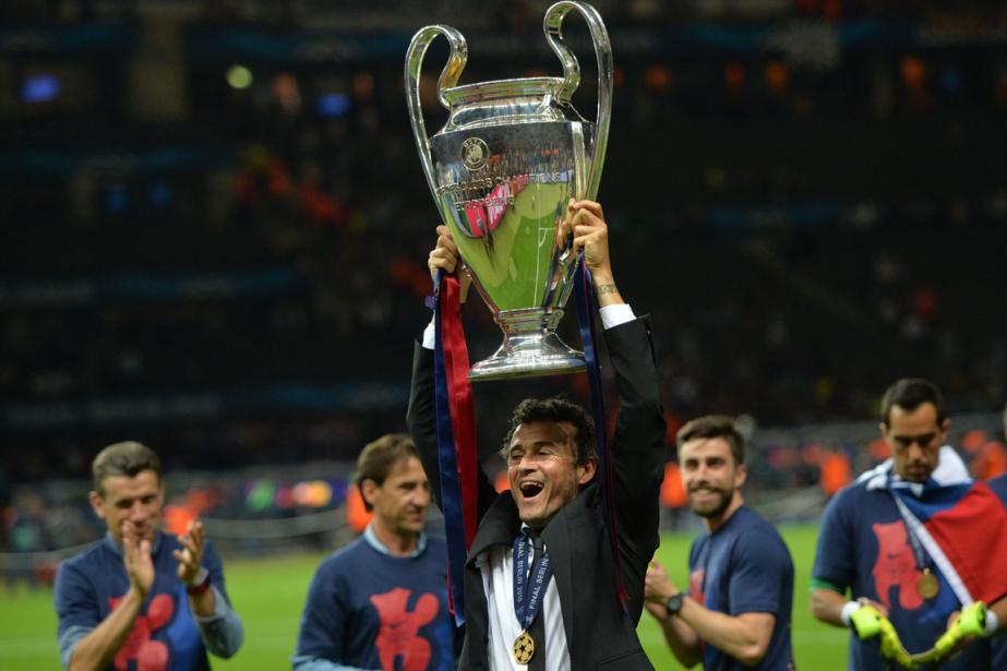 L'entraîneur du FC Barcelone Luis Enrique soulève le... (Photo Oliver Lang, AFP)