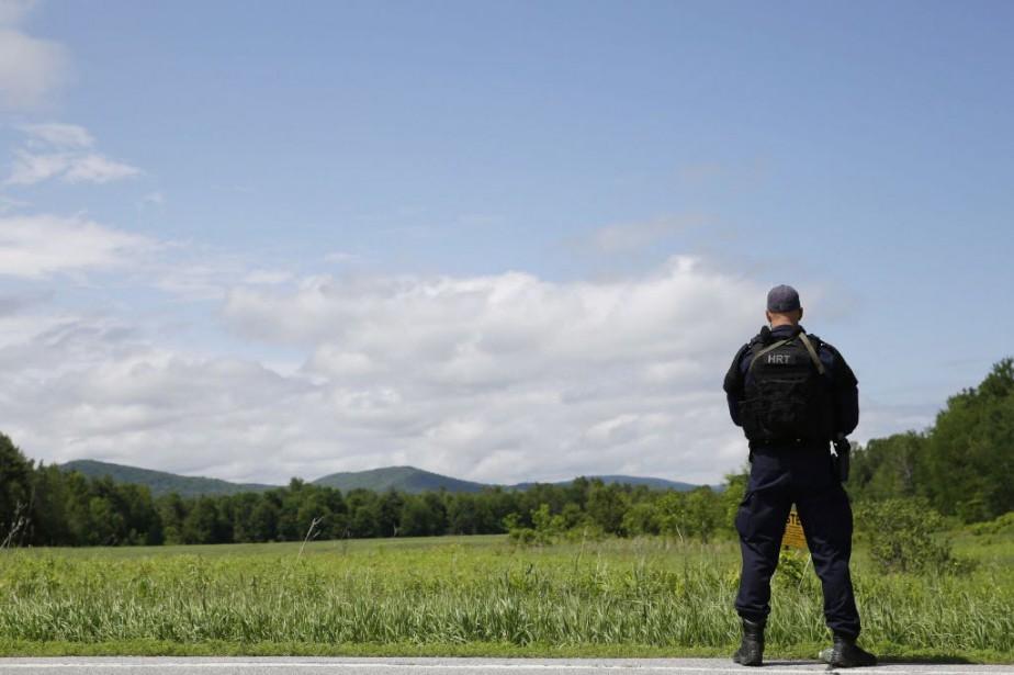 Les autorités ont entrepris de passer au peigne... (Photo Seth Wenig, AP)
