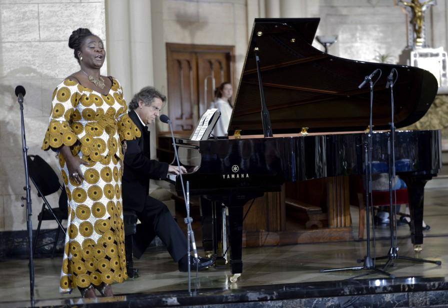 La cantatrice Marie-Josée Lord et Alain Lefèvre interprètent l'<em>Ave Maria.</em> (La Presse Canadienne)