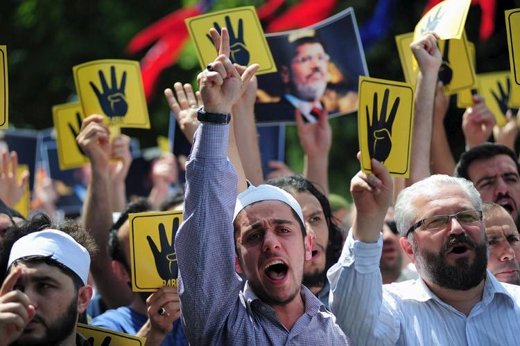 Des sympathisants des frères musulmans en Turquie ont... (Photo: Reuters)