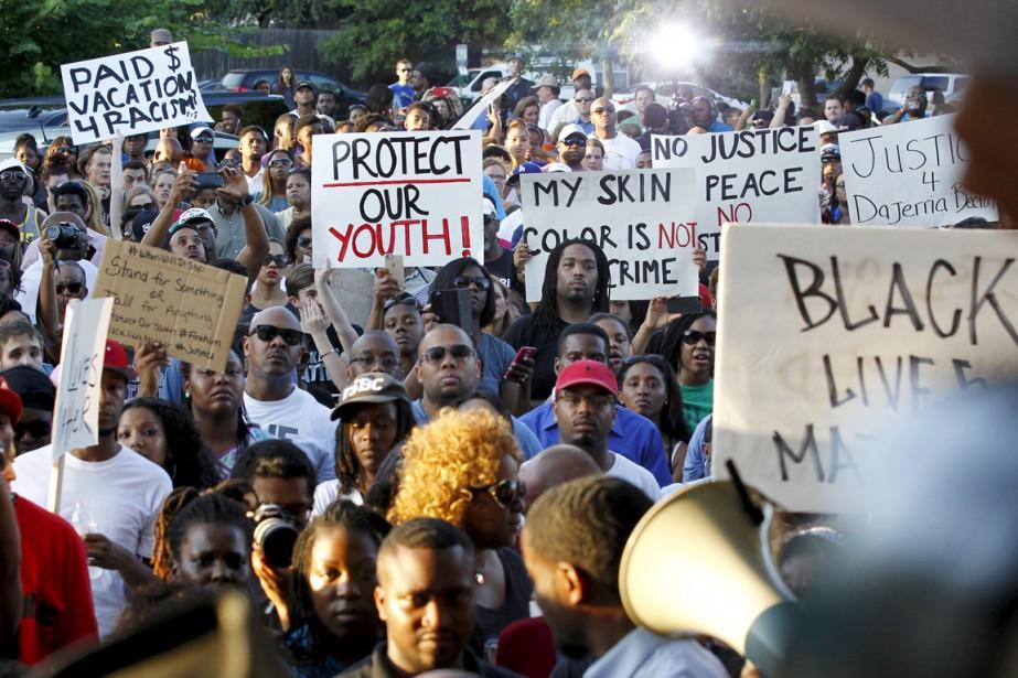 Des militants manifestent pour dénoncer la brutalité policière... (PHOTO MIKE STONE, REUTERS)