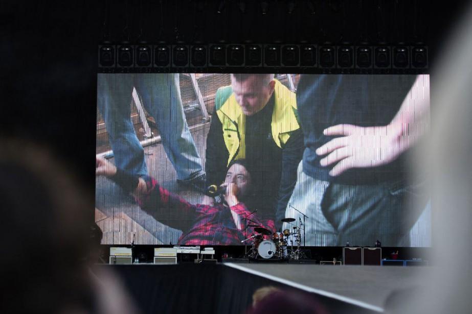 Le chanteur Dave Grohl s'est cassé la jambe... (Photo Erik Abel, AP)