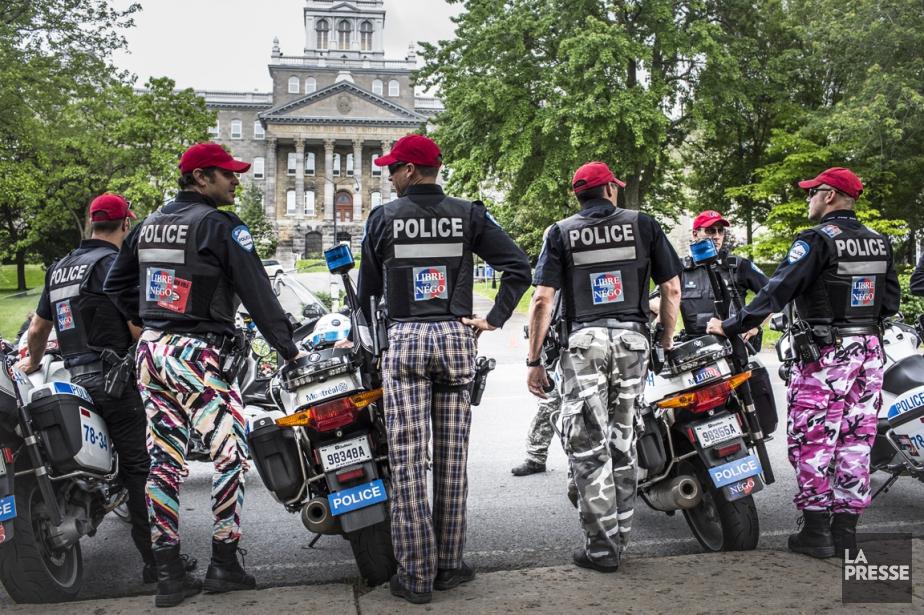 Des policiers ne portaient pas leur uniforme réglementaire... (PHOTO OLIVIER PONTBRIAND, LA PRESSE)