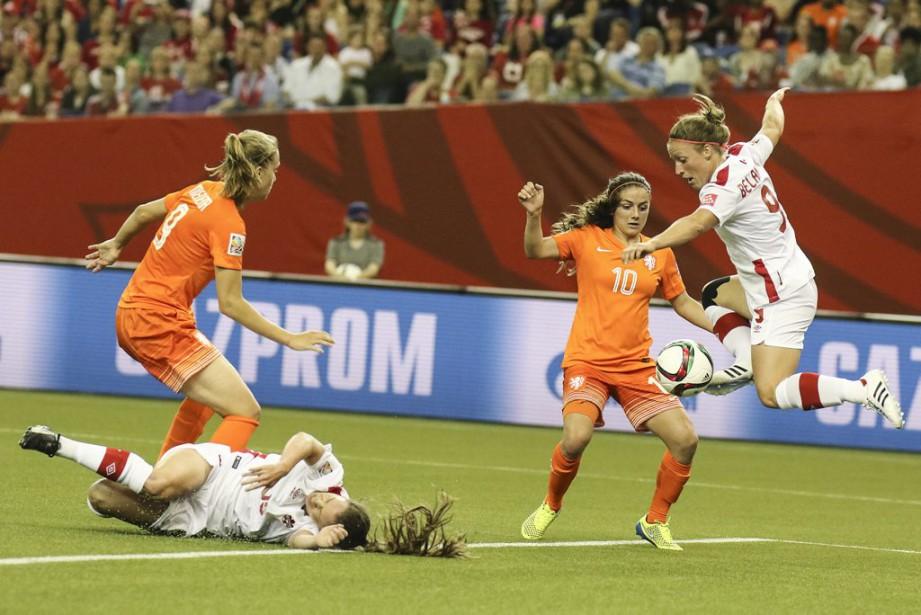 Josée Belanger se dresse devant la néerlandaise, Danielle Van De Donk. (Patrick Woodbury, LeDroit)