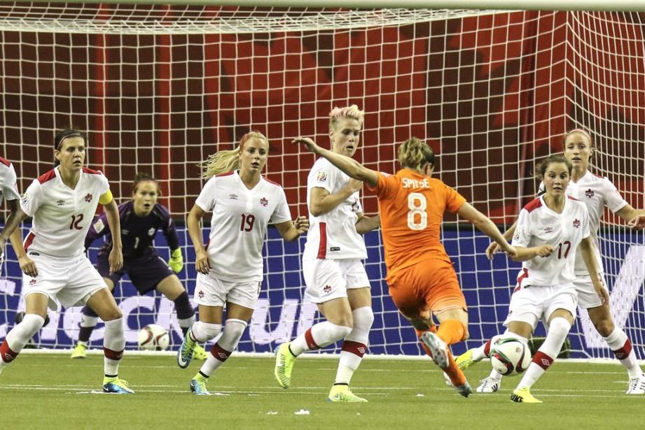 Les Néerlandaises ont tenté de percer la muraille canadienne tout au long du match, ce qu'elles ont réussi à accomplir à la toute fin. (Patrick Woodbury, LeDroit)