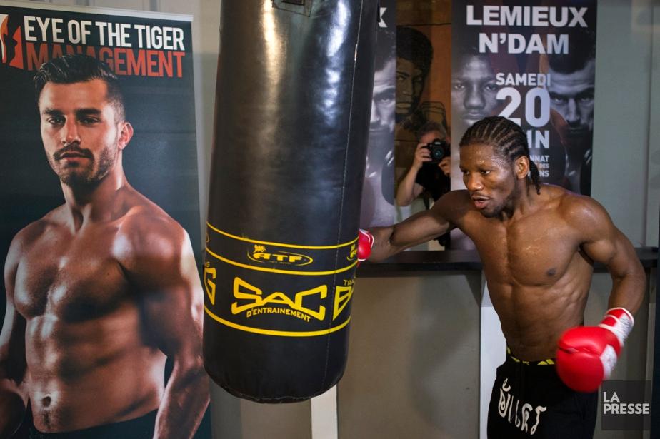 Hassan N'Dam s'entraîne devant une affiche annonçant son... (Photo Robert Skinner, La Presse)