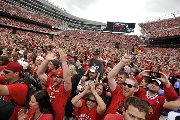 Les partisans des Blackhawks se sont réunis jeudi... (PHOTO AP)
