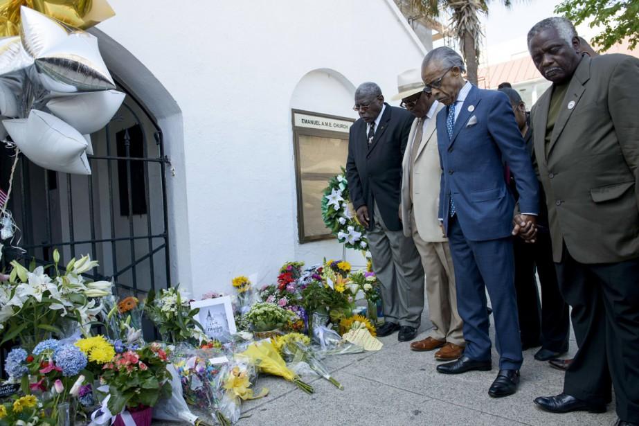 Le révérend Al Sharpton (au centre), célèbre militant... (PHOTO BRENDAN SMIALOWSKI, AFP)