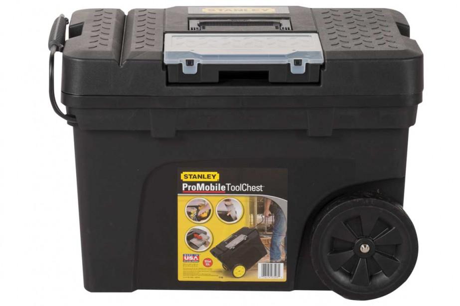 Le roulable : le coup de coeur de notre spécialiste et papa, Rock Labbé. Ce coffre à outils Stanley sur roues en plastique robuste loge et déplace de gros outils et des accessoires. Son couvercle rainuré permet de l'utiliser comme plan de travail, par exemple pour couper du bois. Il est muni d'une poignée rétractable en métal. 44,78 $ chez Canac ()